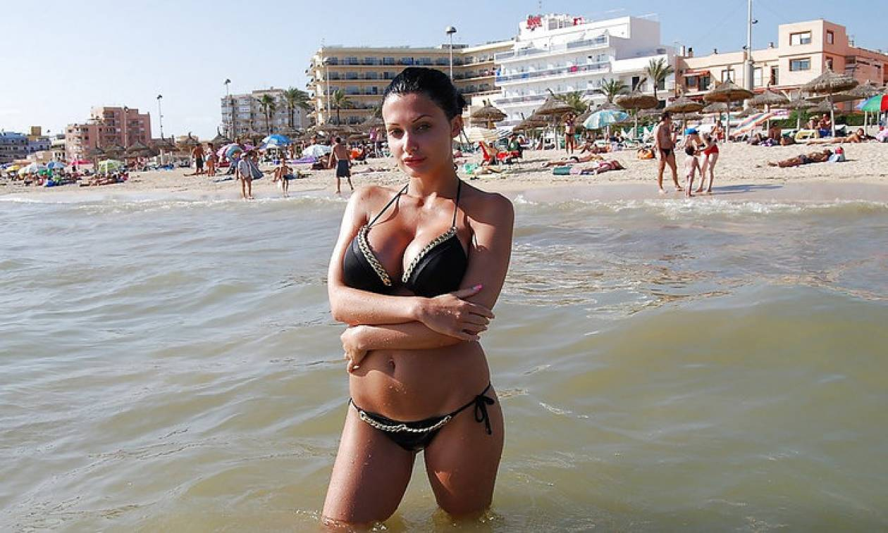 Μύκονος: Δεν φαντάζεστε πώς «έσκασε» στην παραλία πασίγνωστη πορνοστάρ! (vids+pics)