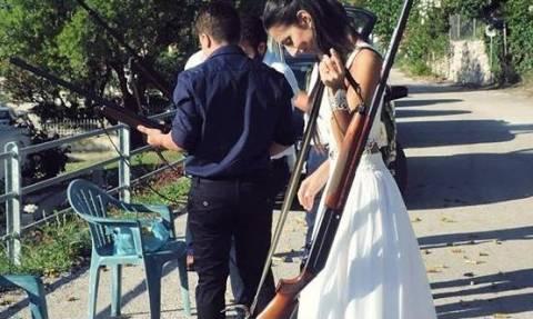 Λεβέντισσα νύφη παίρνει την καραμπίνα της και πάει να παντρευτεί στην Εκκλησία