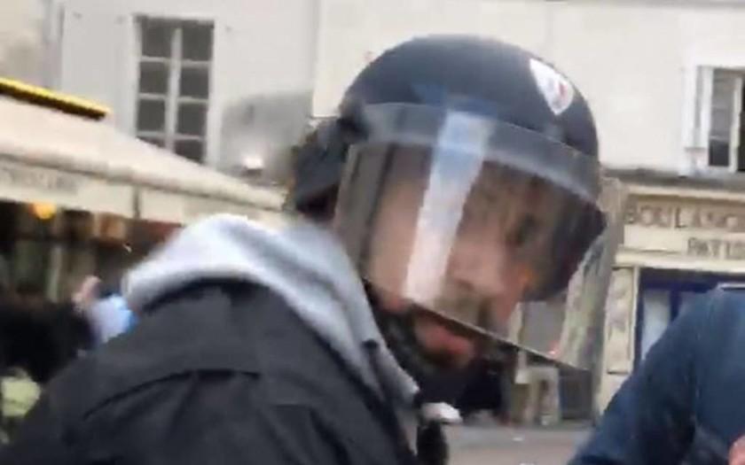 Σάλος στη Γαλλία με βίντεο που καταγράφει συνεργάτη του Μακρόν να ξυλοκοπεί άγρια διαδηλωτή (Vid)