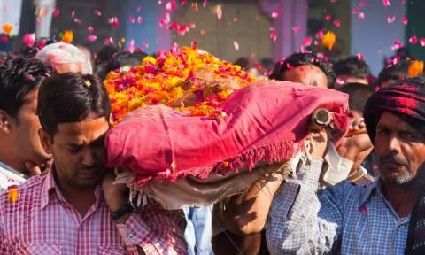 «Θαύμα»: Επέστρεψε από τους... νεκρούς την ώρα της κηδείας του!