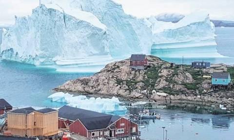 Τεράστιο παγόβουνο απειλεί να εξαφανίσει ολόκληρο χωριό - Φόβοι για τεράστιο τσουνάμι
