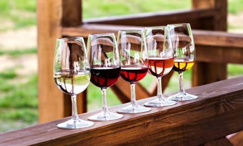 Λευκό vs κόκκινο κρασί: Πόσες θερμίδες έχει το καθένα (βίντεο)