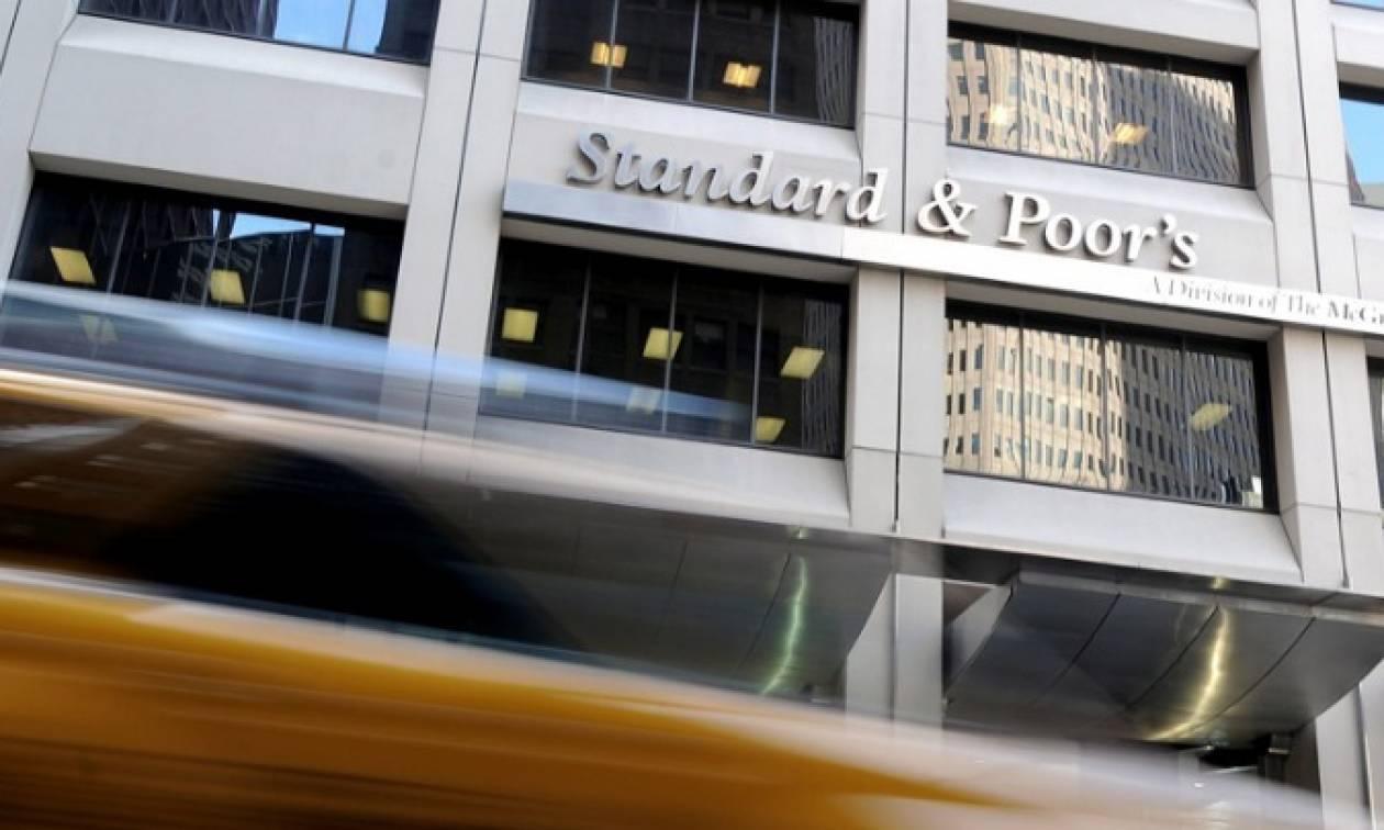 Τι αναφέρει ο οίκος Standard & Poor's για την αναβάθμιση του outlook της Ελλάδας