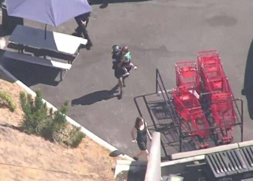 Ένοπλη ομηρεία στο Λος Άντζελες – Σε πανικό πελάτες πήδαγαν από τα παράθυρα (LIVE εικόνα)