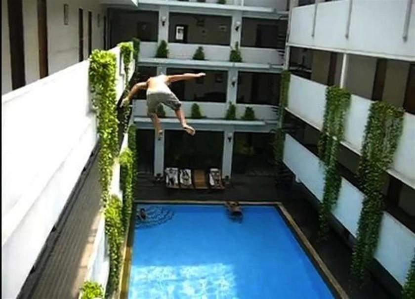Τι είναι το άκρως επικίνδυνο balconing που σκοτώνει ή «σακατεύει» τα θύματα του (Pics+Vids)