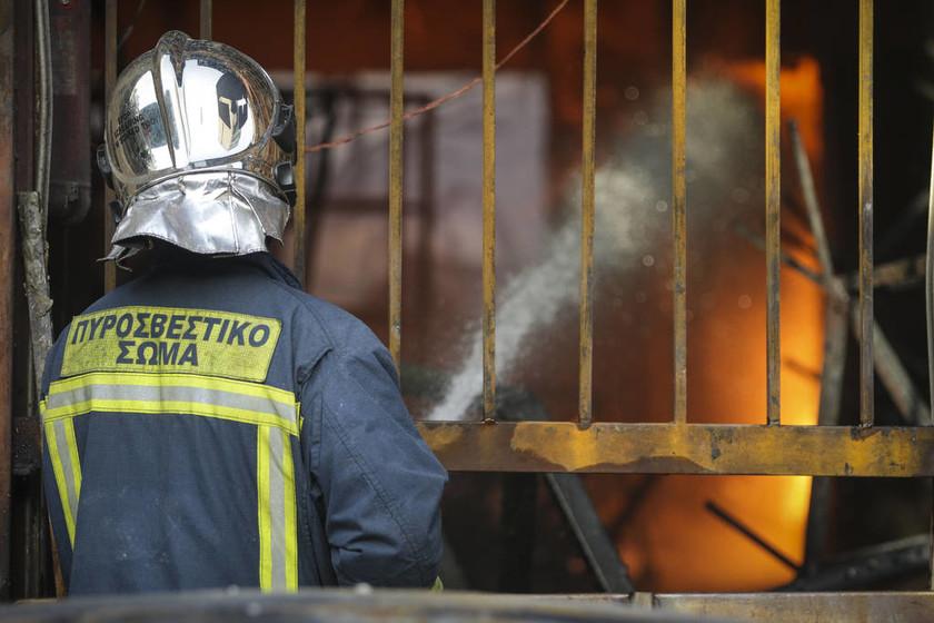 Εικόνες καταστροφής από μεγάλη φωτιά σε βιοτεχνία με κεριά στο Μεταξουργείο (pics)