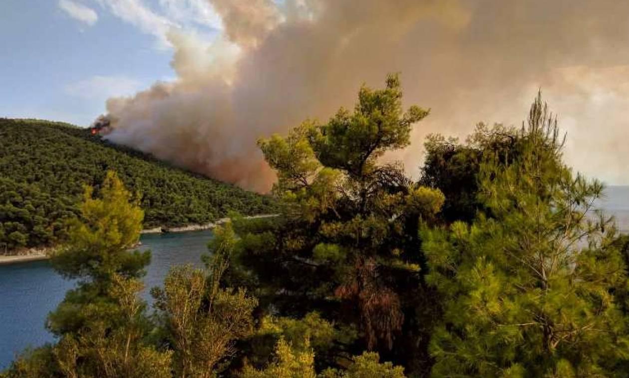 Μεγάλη πυρκαγιά στη Σκόπελο – Συγκλονιστικές εικόνες από τον πύρινο εφιάλτη