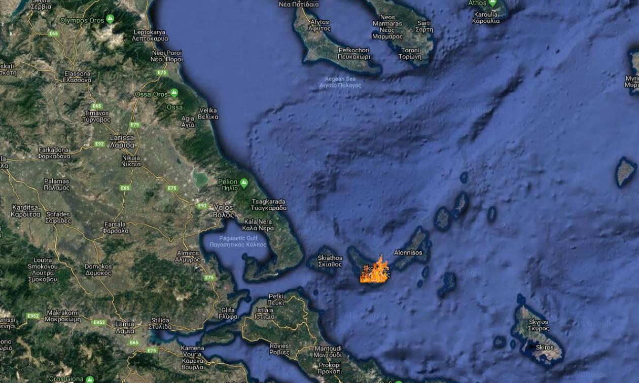 Φωτιά στη Σκόπελο: Δύσκολη νύχτα στο νησί - Ενισχύθηκαν οι Πυροσβεστικές δυνάμεις (χάρτες)