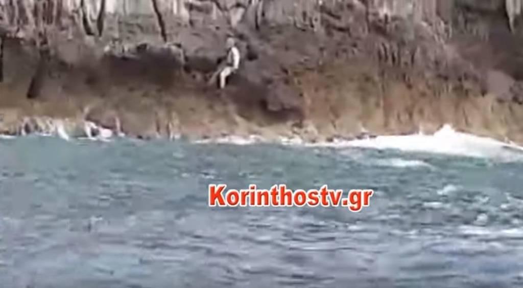 Συγκλονιστικό βίντεο από τη διάσωση ψαροντουφεκά που εγκλωβίστηκε σε βράχο