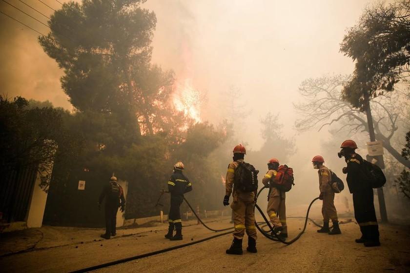 Φωτιά ΤΩΡΑ: Καίγονται σπίτια στην Κινέτα - Τρέχουν να σωθούν οι κάτοικοι