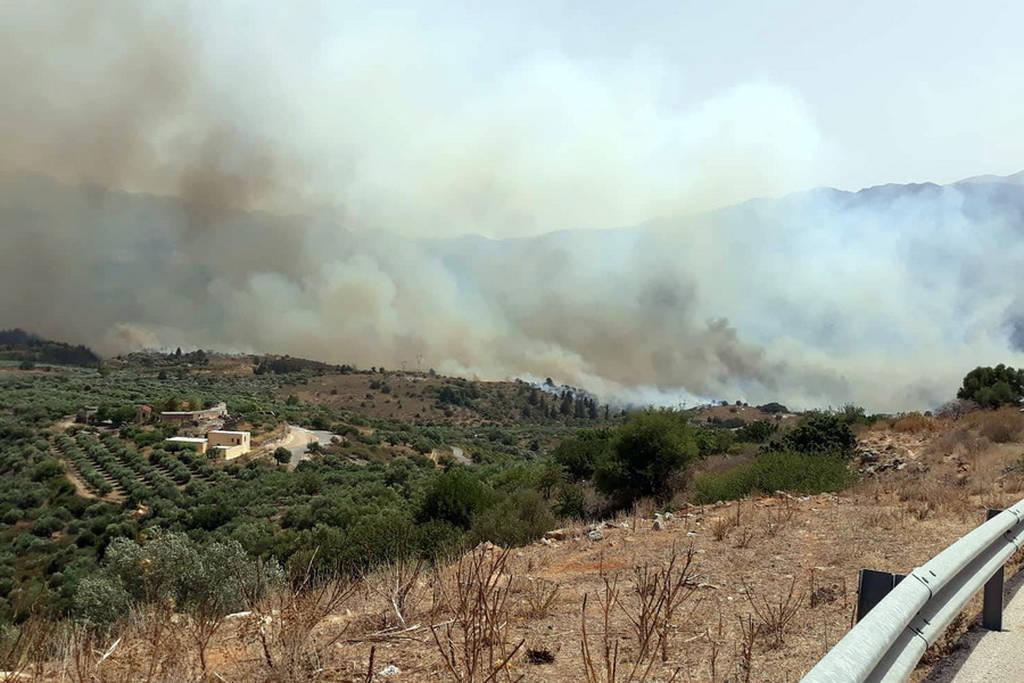 Φωτιά Χανιά: Μεγάλη πυρκαγιά στον Αποκόρωνα - Στις αυλές των σπιτιών έφτασαν οι φλόγες