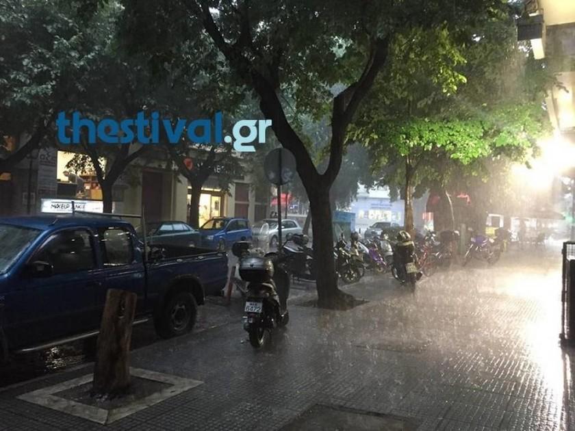 Καιρός Θεσσαλονίκη: Προβλήματα λόγω της καταρρακτώδους βροχής και χαλαζόπτωσης (vids)