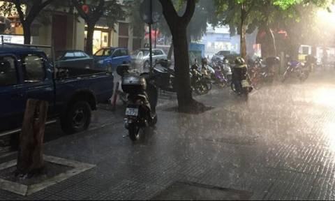 Καιρός Θεσσαλονίκη: Προβλήματα από τη βροχή και το χαλάζι στο κέντρο της πόλης (vids)
