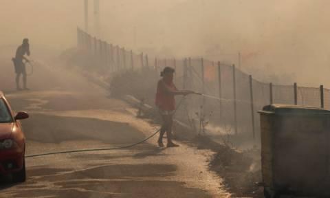 Φωτιά τώρα: Εγκλωβισμένα άτομα στην παραλία στο Μάτι