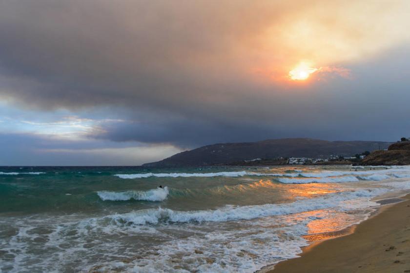 Απίστευτες εικόνες: Ορατή από Άνδρο και Τήνο η φωτιά στην Αττική