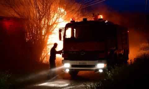 Φωτιά: Με λεωφορεία μεταφέρονται οι πληγέντες από το λιμάνι της Ραφήνας