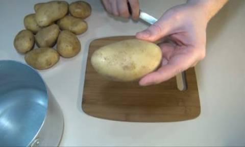 Χαράζει τις πατάτες πριν τις βάλει στην κατσαρόλα. Θα το κάνετε σίγουρα όταν δείτε το γιατί (video)
