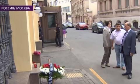 Φωτιά Αττική - Ρωσία: Πολίτες αφήνουν λουλούδια έξω από την Πρεσβεία της Ελλάδας στη Μόσχα (Vid)