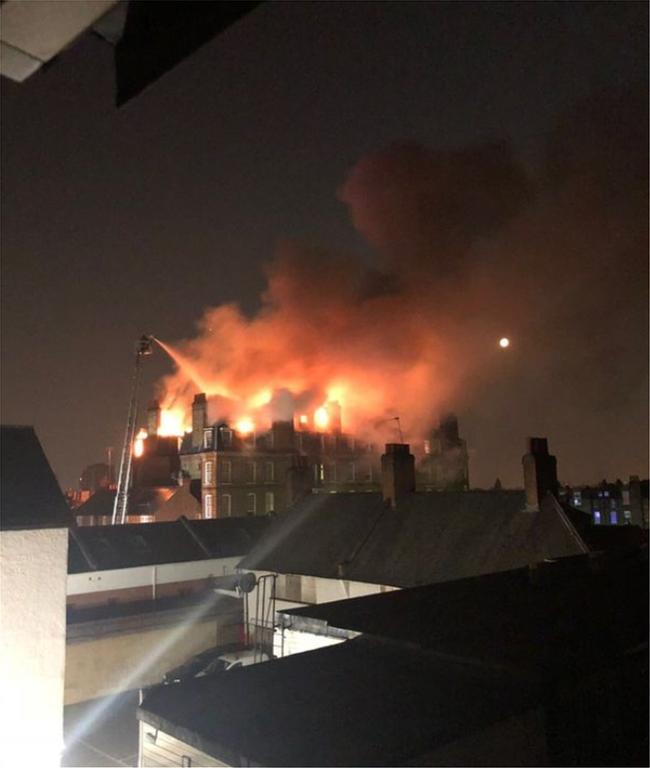 Αγώνας δρόμου για την κατάσβεση μεγάλης φωτιάς σε πενταόροφη κατοικία του Λονδίνου