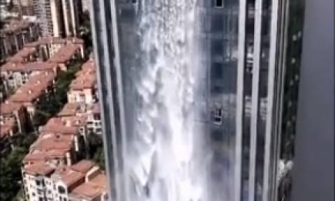 Αυτός είναι ο πιο εντυπωσιακός καταρράκτης! Και πέφτει στην πρόσοψη ουρανοξύστη (video)
