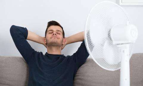 Κοιμάστε με ανεμιστήρα; Ποιοι οι κίνδυνοι για την υγεία σας