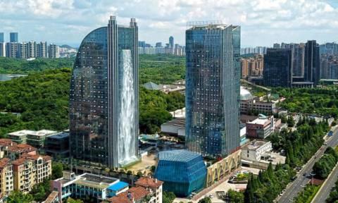Πώς γίνεται αυτό; Έφτιαξαν καταρράκτη 100 μέτρων πάνω σε ουρανοξύστη! (pics)