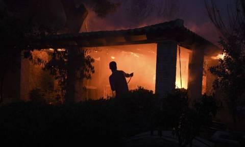 Βίντεο - σοκ από το Μάτι: Εγκλωβίστηκε στην αυλή και η φωτιά πέρασε από πάνω του