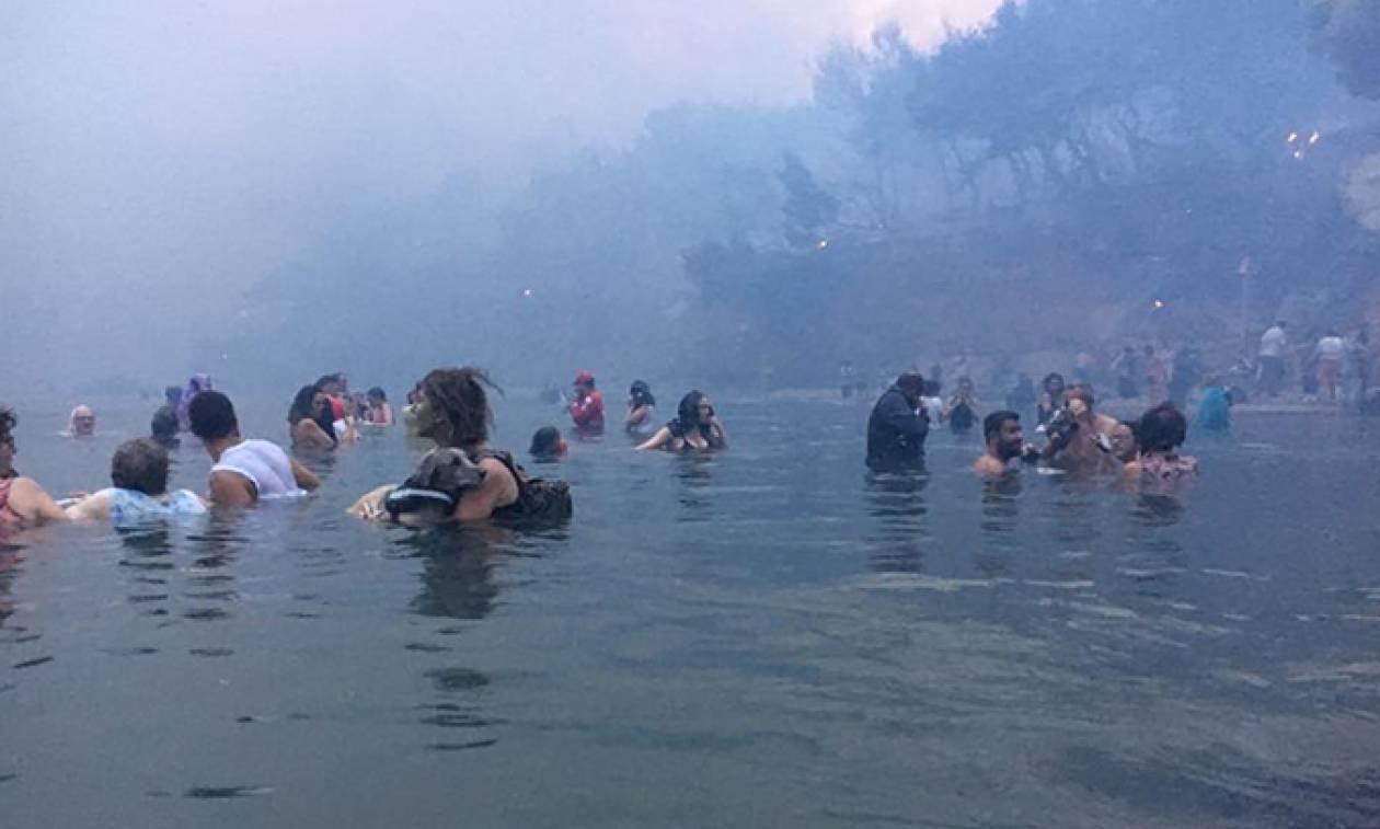 Συγκλονιστικό ντοκουμέντο από το Μάτι: Βουτούν στη θάλασσα για να σωθούν από την πύρινη κόλαση