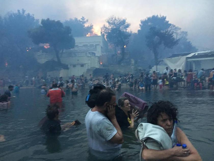 Συγκλονιστικό ντοκουμέντο: Βουτούν στη θάλασσα για να σωθούν από την πύρινη κόλαση