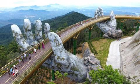 Βιετνάμ: Εντυπωσιακή χρυσή πεζογέφυρα που τη συγκρατούν γιγαντιαία χέρια (vid)