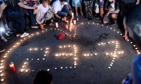 Φωτιά Μάτι: Σιωπηλή συγκέντρωση στο Σύνταγμα για τους νεκρούς της πυρκαγιάς (pics+vid)