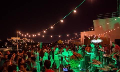 Σε ποιες ταράτσες της Αθήνας γίνονται τα καλύτερα πάρτι; (pics)
