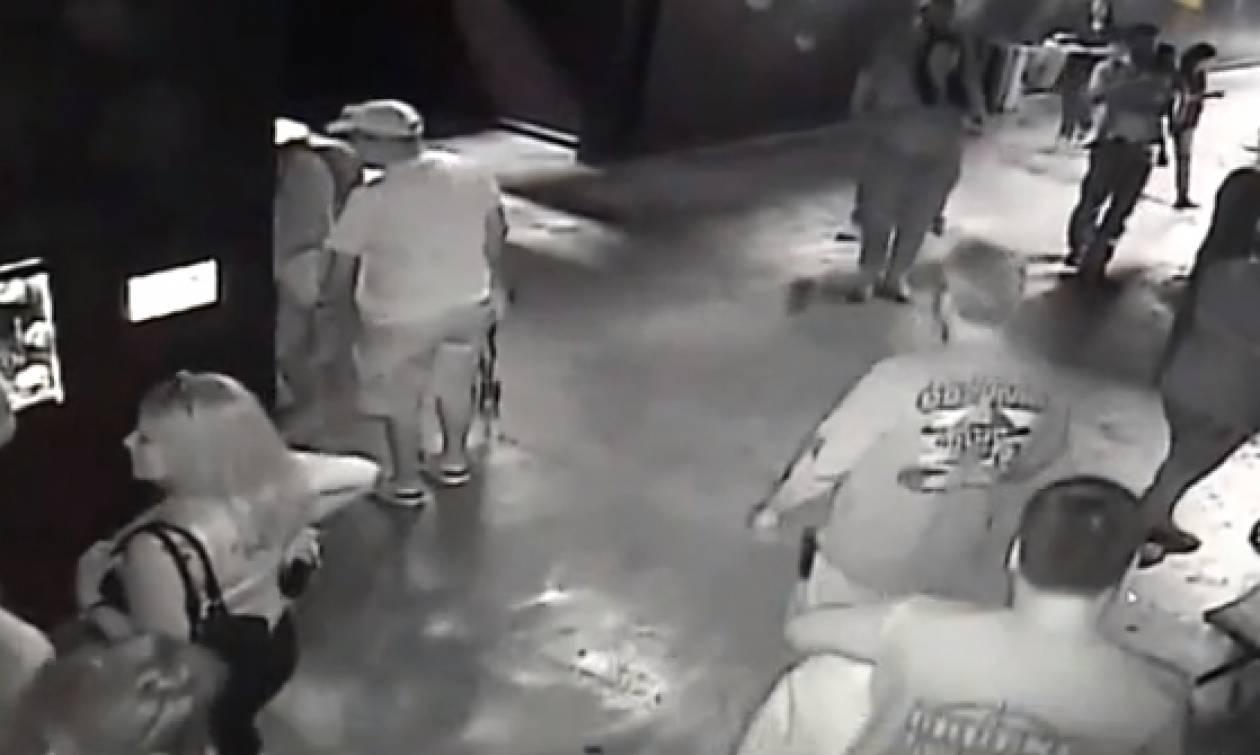 Επισκέφτηκε ενυδρείο και η κάμερα ασφαλείας τον τσάκωσε να... (video)