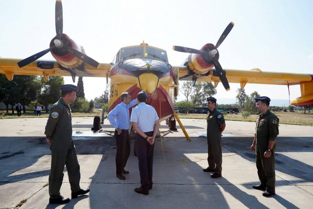 Μητσοτάκης στη βάση των καναντέρ: Προτεραιότητα η επισκευή και συντήρηση των αεροσκαφών μας