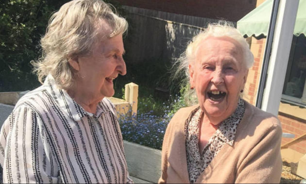 Δάκρυα χαράς: Ηλικιωμένες αδερφές με Αλτσχάιμερ συναντιούνται μετά από 15 χρόνια (vid)