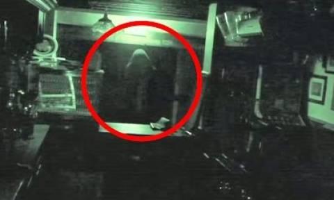 Ανατριχιαστικό βίντεο: Παραφυσικά φαινόμενα που «έπιασε» η κάμερα και ΔΕΝ μπορούν να εξηγηθούν!