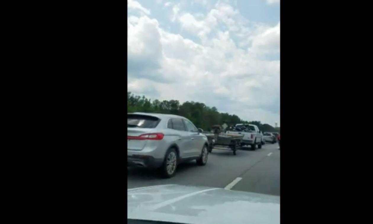 «Κόλλησε» στην κίνηση, βγήκε από το αυτοκίνητο κι έκανε το… απίστευτο! (vid)