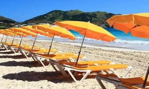 Φθιώτιδα: Ξηλώνουν ομπρέλες και ξαπλώστρες από τις παραλίες