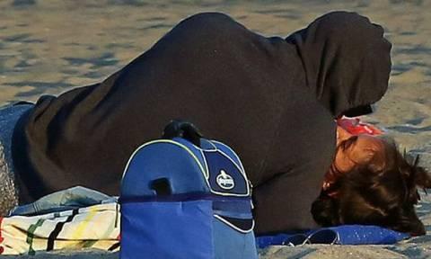 Το καυτό φιλί του ζευγαριού στην παραλία γίνεται viral & μας αποδεικνύει πως δεν χώρισαν ποτέ