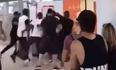Γαλλία: Εξακολουθούν να κρατούνται οι δύο διάσημοι ράπερ που έπαιξαν ξύλο στο αεροδρόμιο Ορλί
