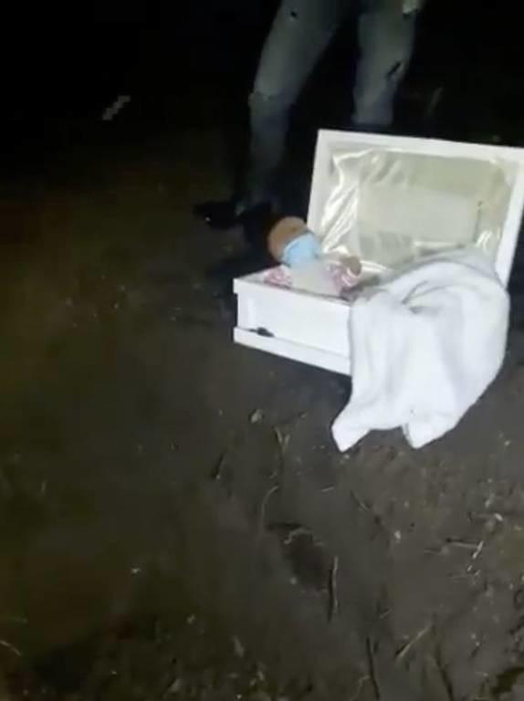 Χαροκαμένος πατέρας έπαθε το ΣΟΚ της ζωής του όταν άνοιξε το φέρετρο του νεκρού μωρού του! (vid)