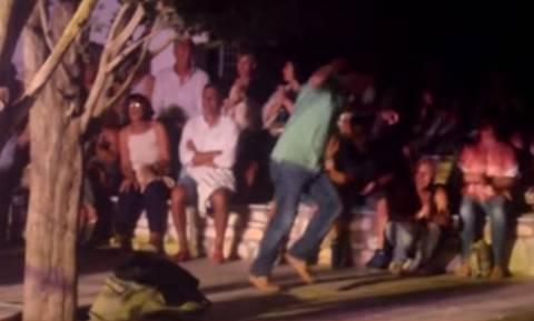 Το viral ζεϊμπέκικο που έκλεψε την παράσταση σε συναυλία στις Λεύκες Πάρου! (vid)