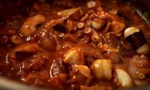 Η συνταγή της ημέρας: Χταπόδι κοκκινιστό με κοφτό μακαρονάκι