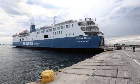 Η στιγμή που το πλοίο «Αqua Blue» προσκρούει στο λιμάνι της Σκιάθου μεταφέροντας 170 επιβάτες (pics)