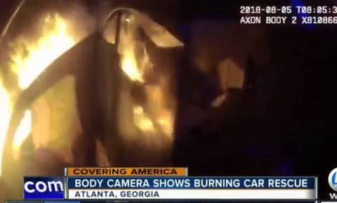 Εικόνες ΣΟΚ: Αστυνομικός σώζει οδηγό από φλεγόμενο αυτοκίνητο (vid)
