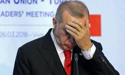 Ανάποδο «χαστούκι» στον Ερντογάν: Επέβαλε κυρώσεις στις ΗΠΑ και «γκρέμισε» την τουρκική λίρα
