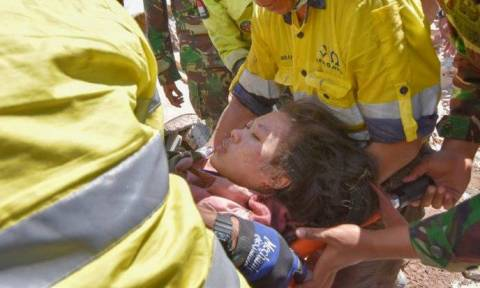 Ινδονησία: 23χρονη ανασύρθηκε ζωντανή από τα συντρίμμια δύο μέρες μετά το φονικό σεισμό