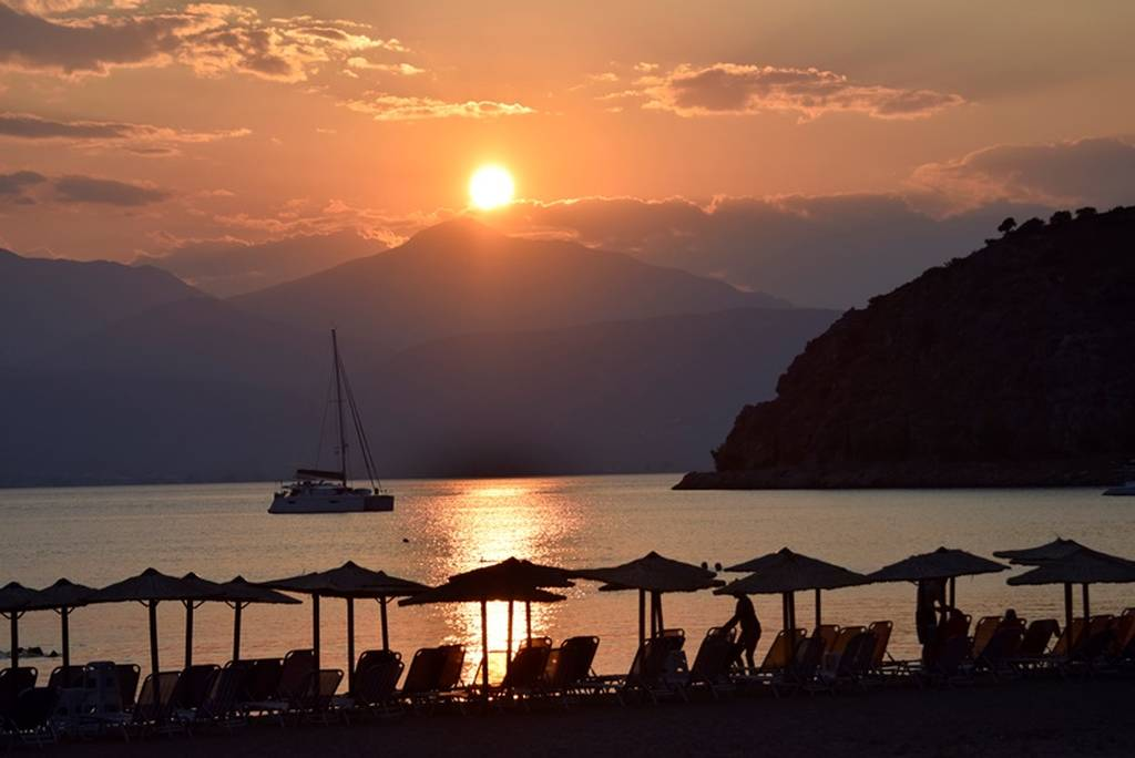 Μαγευτικό ηλιοβασίλεμα στο Ναύπλιο: Οι εικόνες μιλούν από μόνες τους