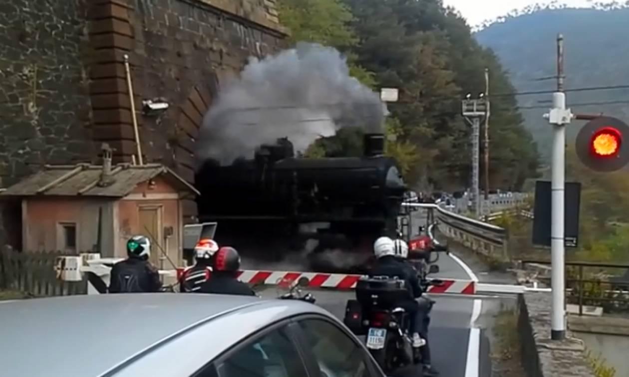 Εντυπωσιακό: Τρένο βγαίνει από το τούνελ–Αυτό που ακολουθεί θα σας αφήσει με το στόμα ανοιχτό (vid)