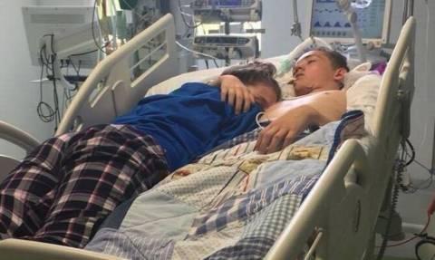 Σπαρακτικό: 15χρονη αποχαιρετά με μια αγκαλιά το αγόρι της μέχρι να αφήσει την τελευταία του πνοή